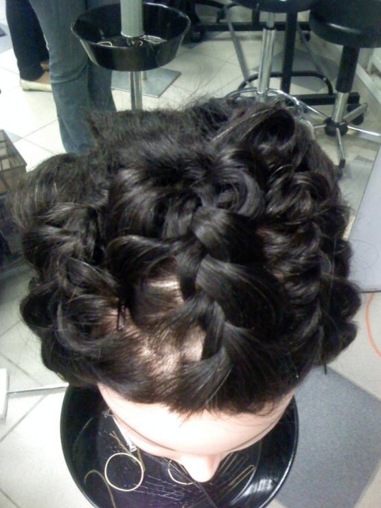 Коса с буклями прическа