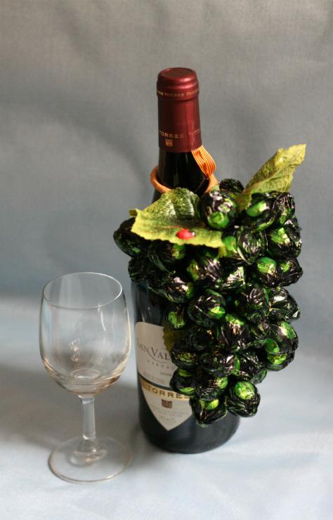 Виноград из конфет подвеска на бутылку сделано своими руками